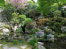 http://kyoto.asanoxn.com/places/ohara/jikkoin/0605jikkoin_niwa.jpg